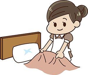 ベッドメイクする客室係