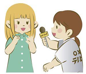 インタビューするレポーター